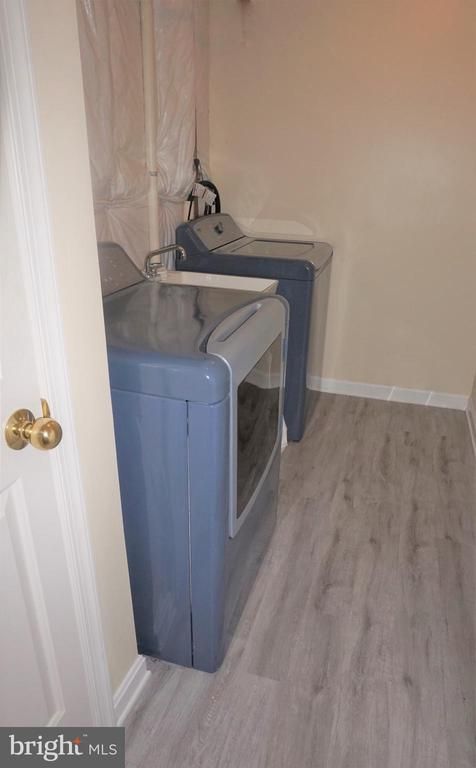 Basement laundry room with soaking sink - 15 LOTUS LN, STAFFORD