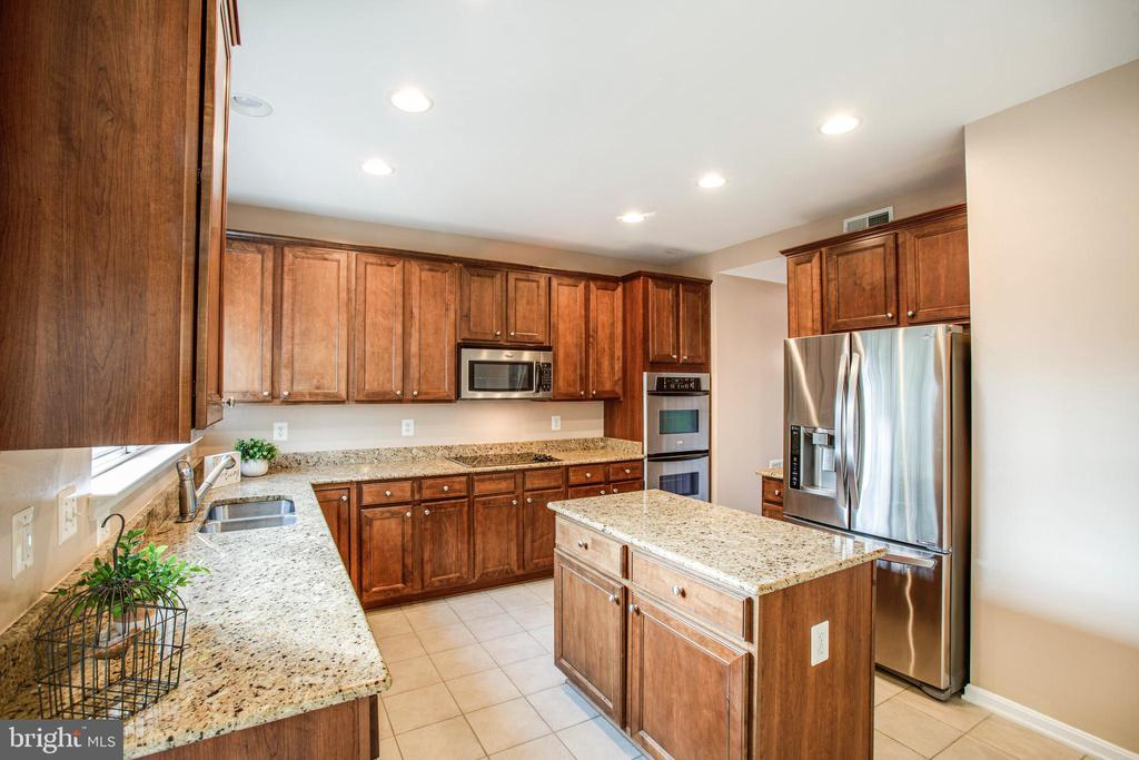 Gas cooktop, double ovens and large walk-in pantry - 46 WILTSHIRE DR, STAFFORD