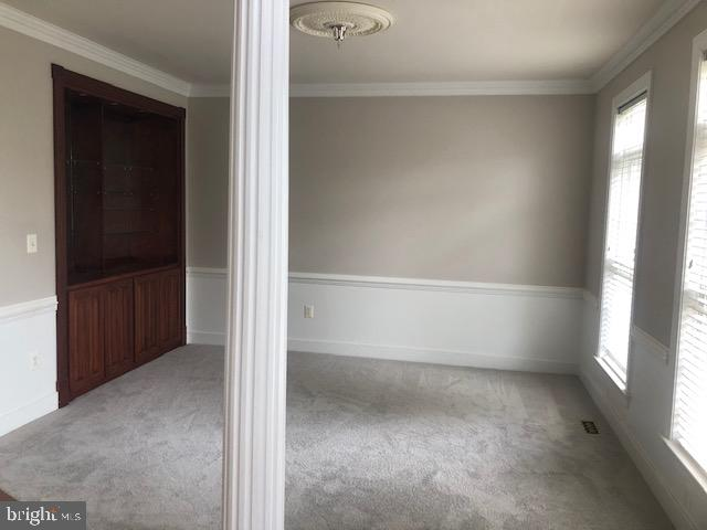 Front living room with built in shelves - 42 LIGHTFOOT DR, STAFFORD