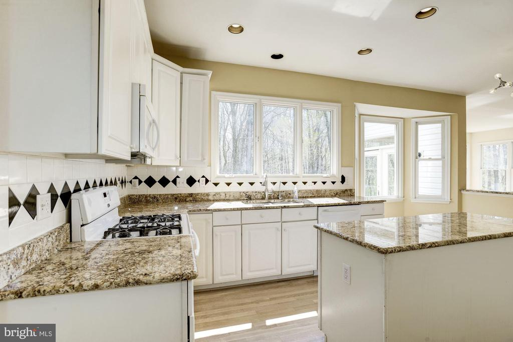 Beautifully updated kitchen - 2421 MILL HEIGHTS DR, HERNDON
