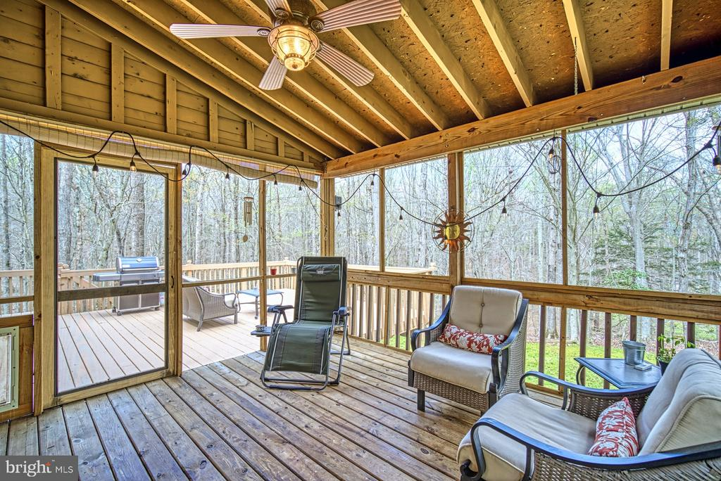 Relax in the screened~porch off dining room - 10001 WISAKON TRL, MANASSAS