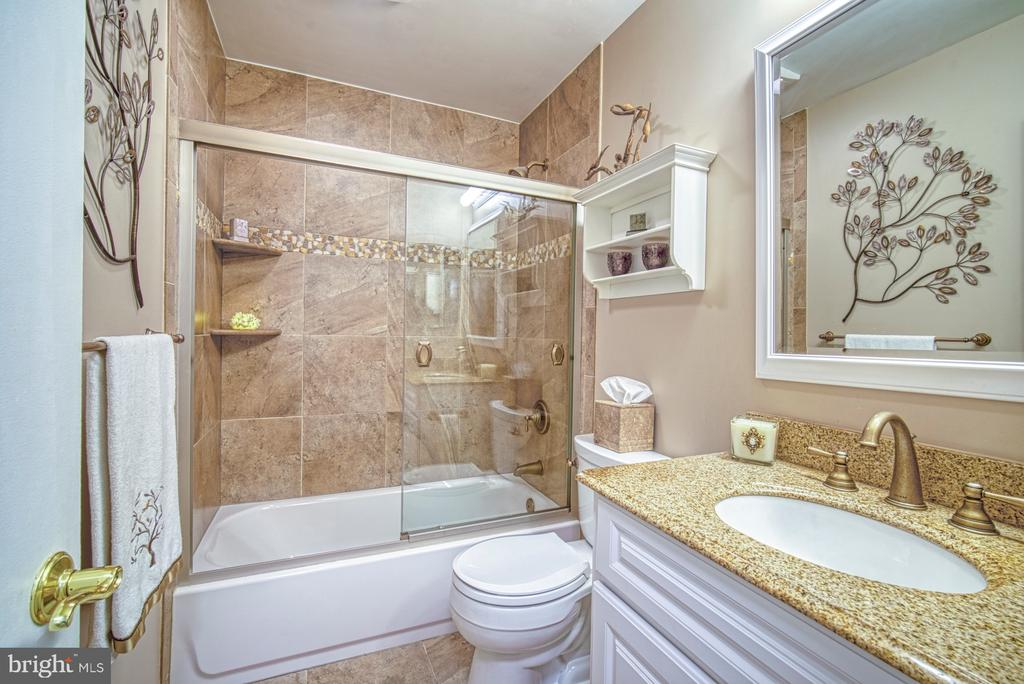 Updated hall bathroom - 11610 HENDERSON RD, CLIFTON