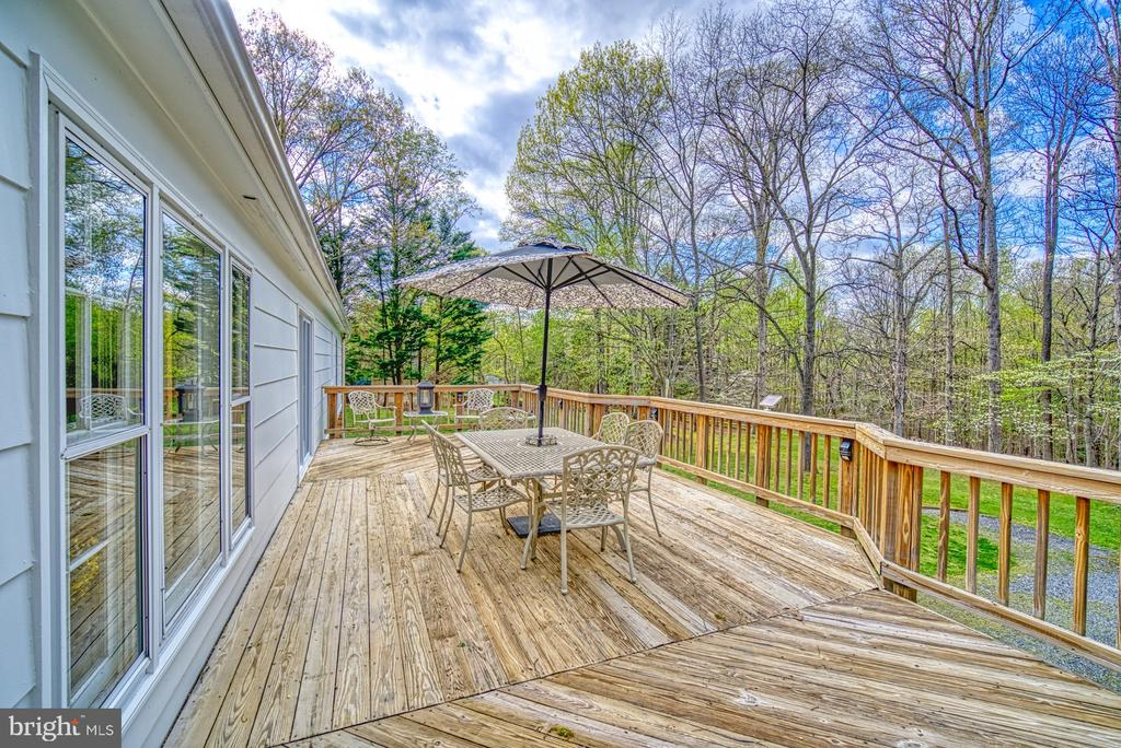 Expansive deck perfect for BBQs and entertainment - 11610 HENDERSON RD, CLIFTON