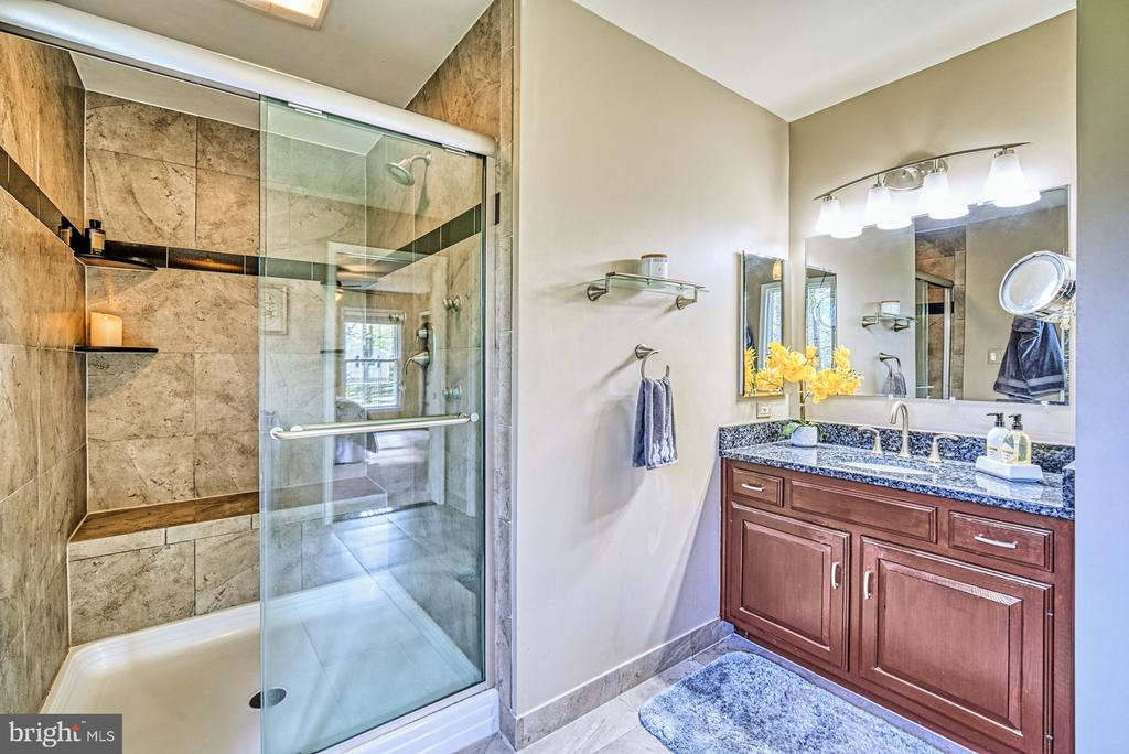 Large updated master bathroom - 11610 HENDERSON RD, CLIFTON