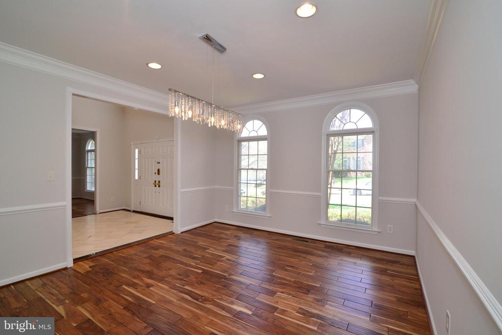 Spacious dining room with contemporary lighting - 13247 MIDDLETON FARM LN, HERNDON