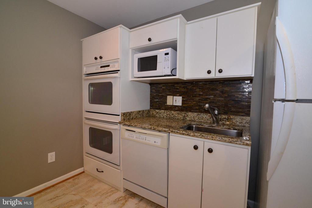 lower level double oven, fridge dishwasher, etc - 13247 MIDDLETON FARM LN, HERNDON