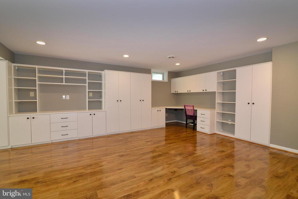 lower level cabinetry good for business or gaming - 13247 MIDDLETON FARM LN, HERNDON