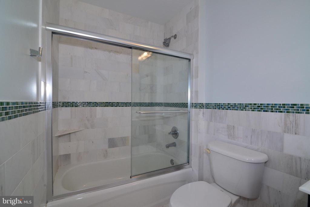 Renovated princess suite bath - 13247 MIDDLETON FARM LN, HERNDON