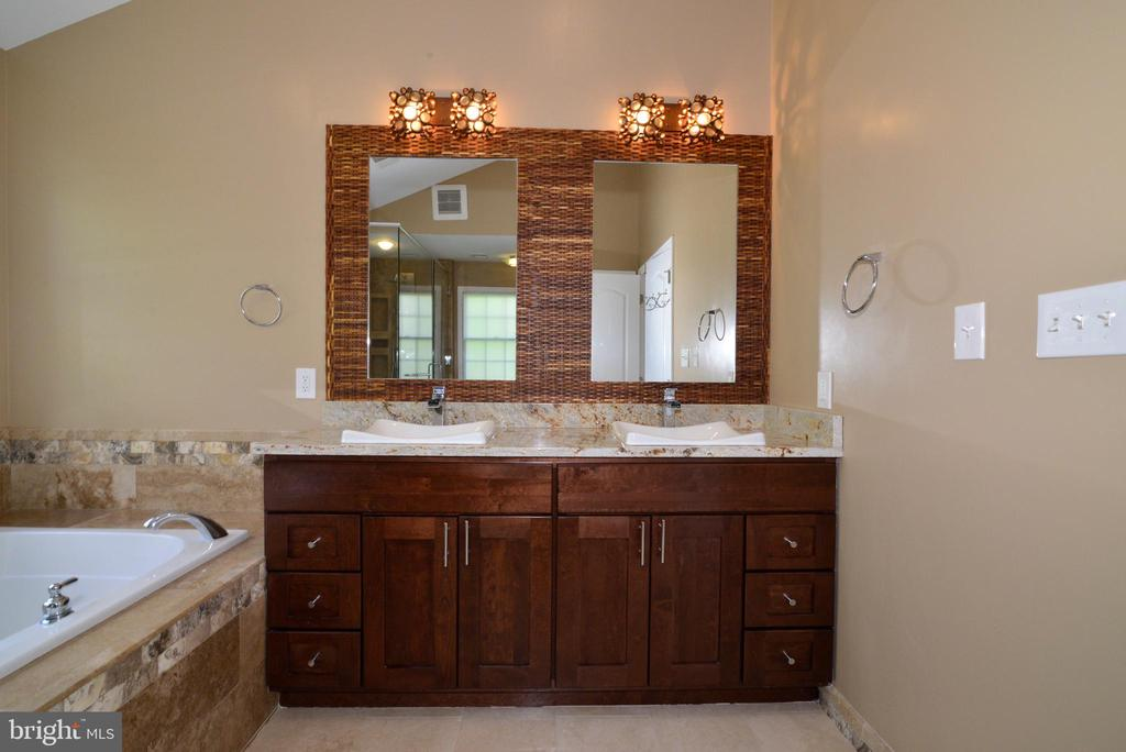 Attention to detail in the Master bath - 13247 MIDDLETON FARM LN, HERNDON