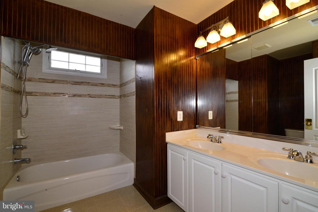 Hall bath updated and double sink - 13247 MIDDLETON FARM LN, HERNDON