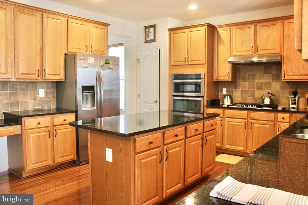 Large island, tall cabinets, perfect backsplash - 4025 BRIDLE RIDGE RD, UPPER MARLBORO