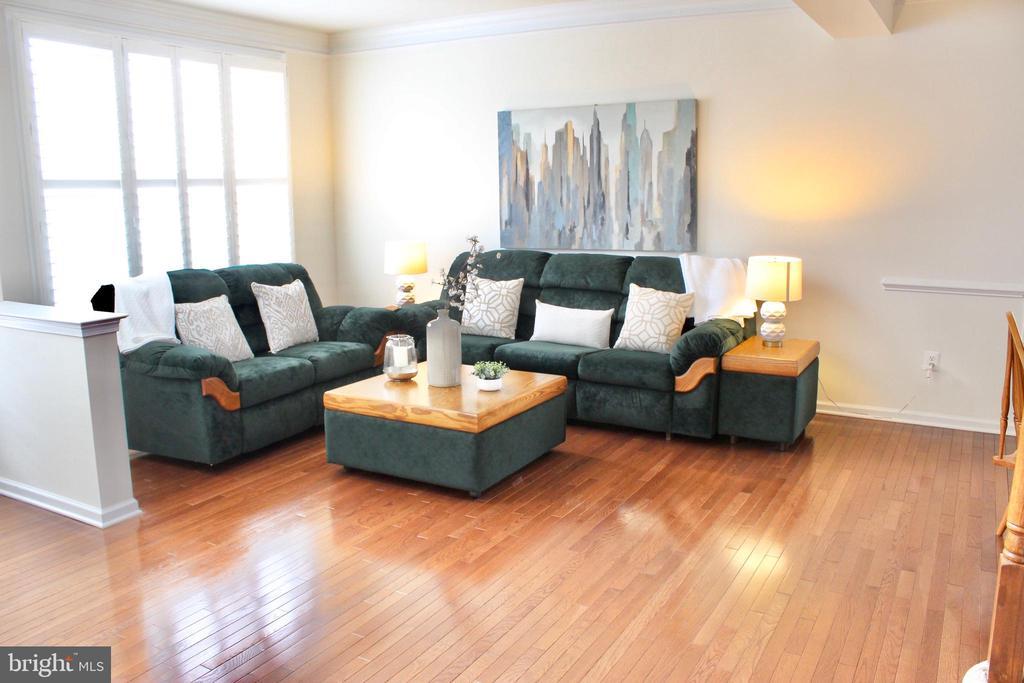 Spacious living room with plenty of natural light - 4025 BRIDLE RIDGE RD, UPPER MARLBORO