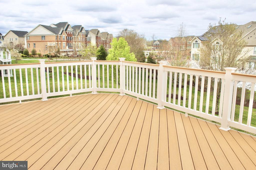 Oversized deck looking over well manicured lawn - 4025 BRIDLE RIDGE RD, UPPER MARLBORO