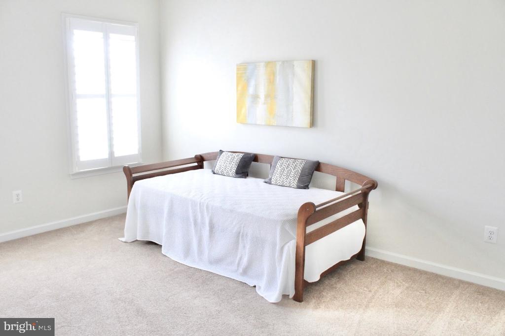 Clean crisp roomy bedroom 3 - 4025 BRIDLE RIDGE RD, UPPER MARLBORO