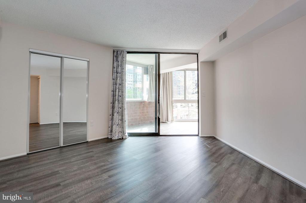 Floor-to-ceiling window in master bedroom - 1001 N VERMONT ST #310, ARLINGTON
