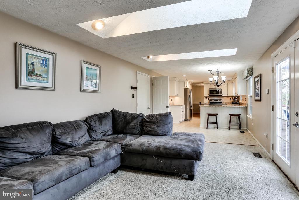 Bright Family Room w/ Three Skylights - 7924 BUTTERFIELD DR, ELKRIDGE