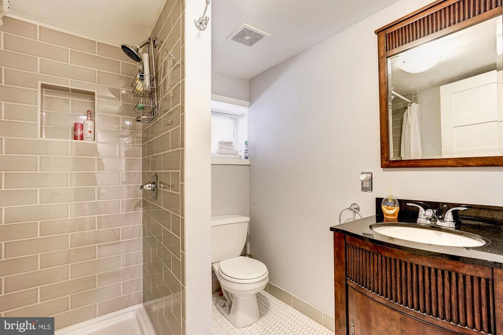 Full guest bath. - 4604 9TH ST NW, WASHINGTON