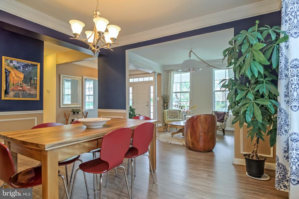 Move easily to dining room - 102 ALMOND DR, STAFFORD