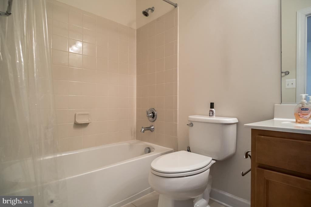 Private bath for 2nd bedroom - 102 ALMOND DR, STAFFORD