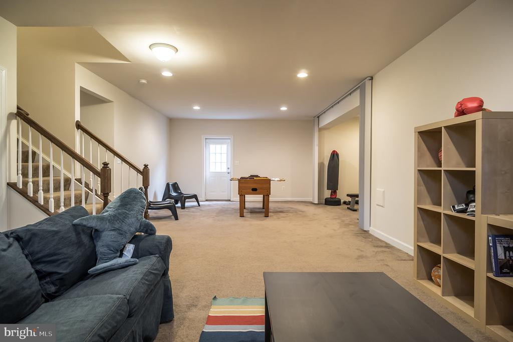 Space to lounge and play - 102 ALMOND DR, STAFFORD