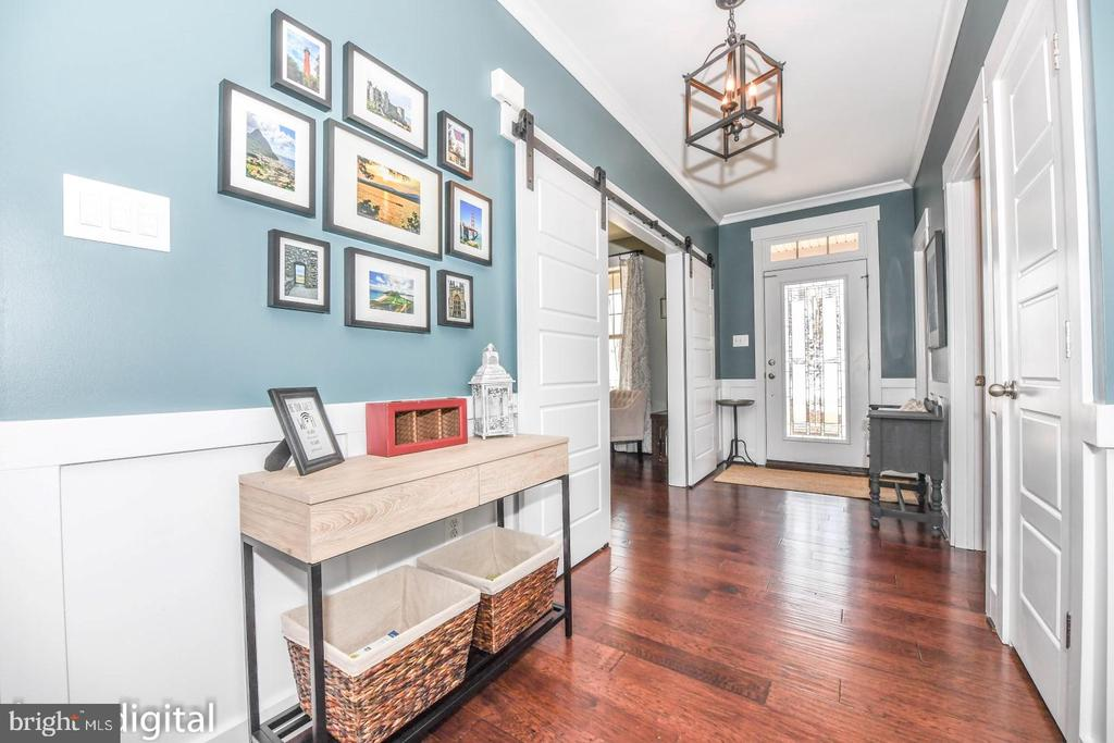 Large foyer. - 4736 OLD MIDDLETOWN RD, JEFFERSON