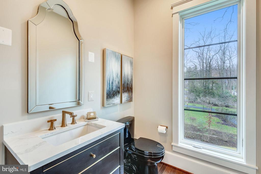 Main Level Powder Room - 1936 FRANKLIN AVE, MCLEAN