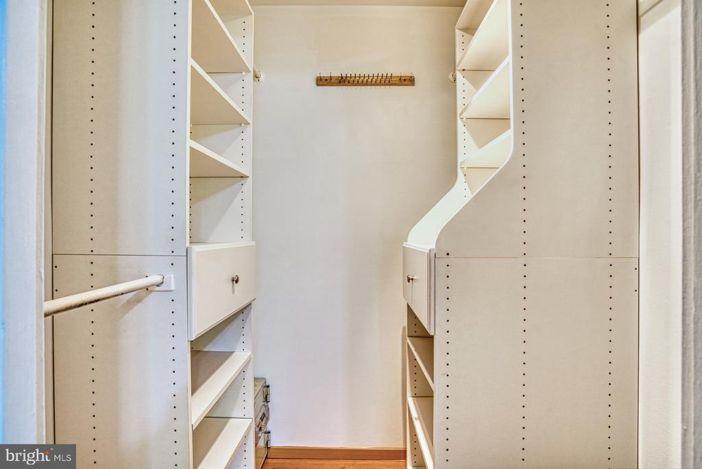 Fantastic~walk-in closet and organizers - 3200 S 28TH ST #404, ALEXANDRIA