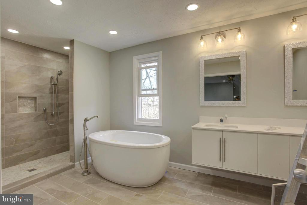 Owner's Private Bath with Free Standing SPA Tub - 1430 AQUIA DR, STAFFORD