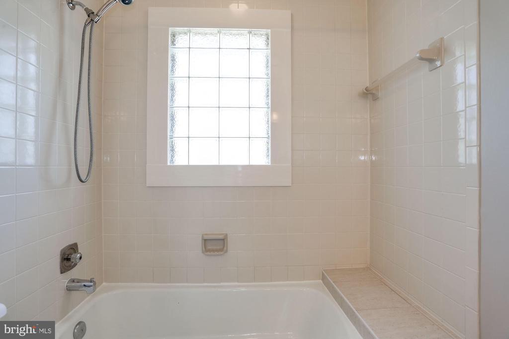 Secondary Bath 2 - 1301 19TH RD S, ARLINGTON