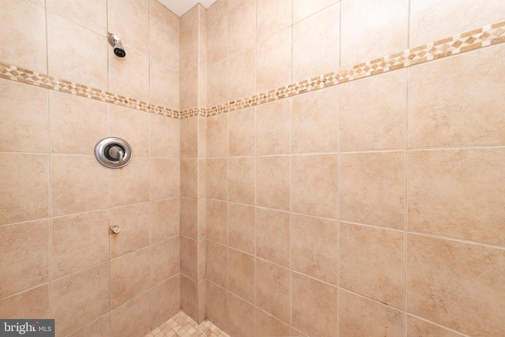 Large Tile Shower - 812 MORAN DR, ANNAPOLIS