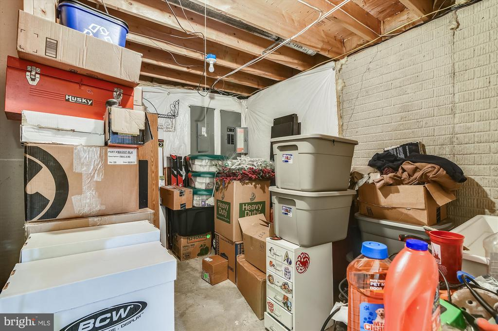 Lots of storage! - 2026 FARRAGUT DR, STAFFORD
