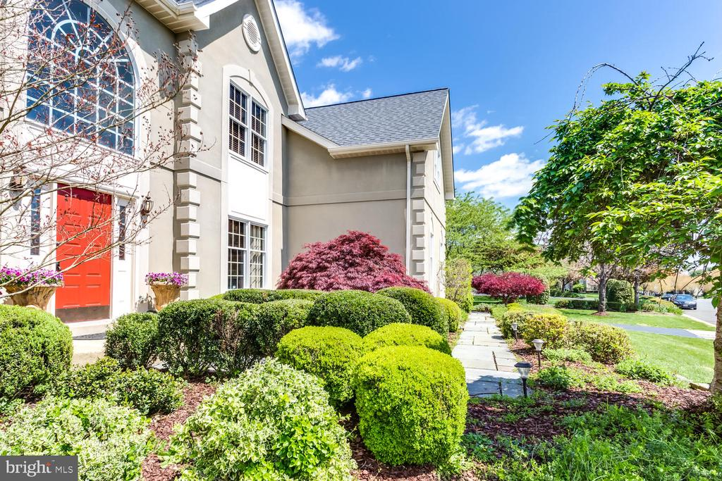 Lovely landscaping on premium lot - 10892 HUNTER GATE WAY, RESTON