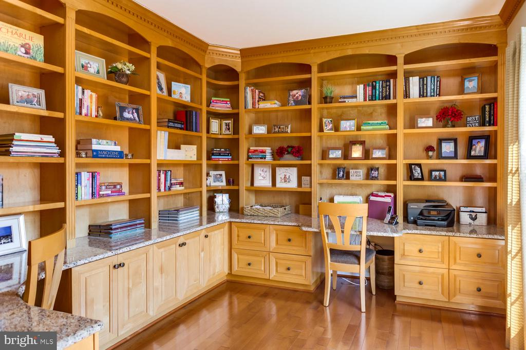 Built-in bookcases and desk - 10892 HUNTER GATE WAY, RESTON