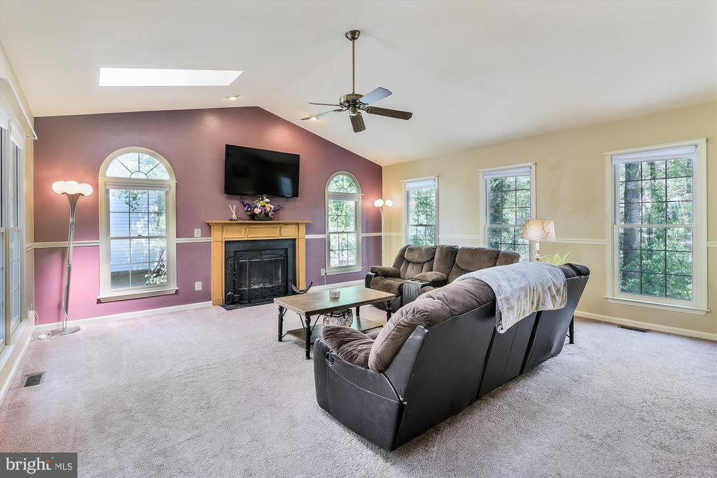 Huge living room with fireplace, opens to deck - 2026 FARRAGUT DR, STAFFORD
