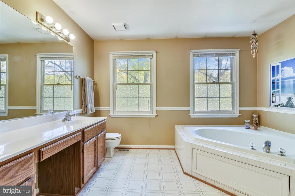 Dual vanity with lots of cabinet space - 2026 FARRAGUT DR, STAFFORD