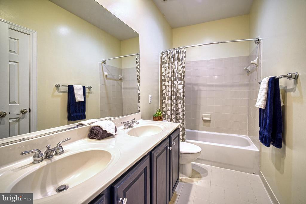 Full hall bath has dual sinks and shower/tub combo - 2704 SILKWOOD CT, OAKTON