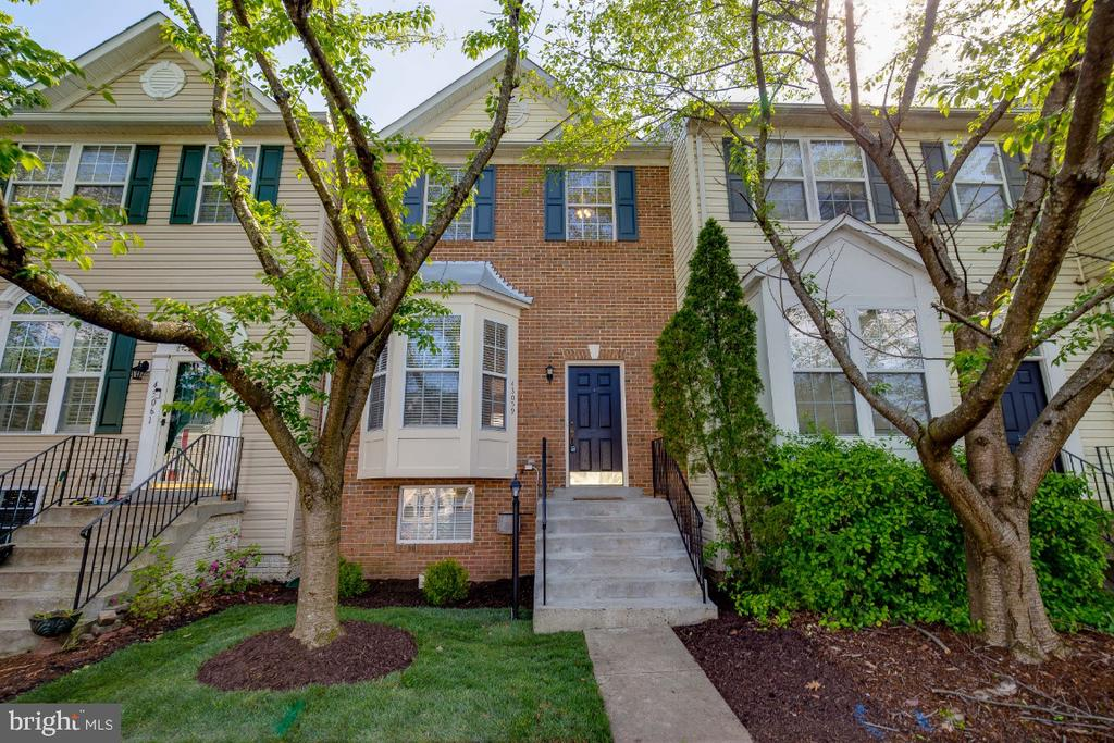 Beautiful Brick Front Townhome in Potomac Station - 43059 CANDLEWICK SQ, LEESBURG