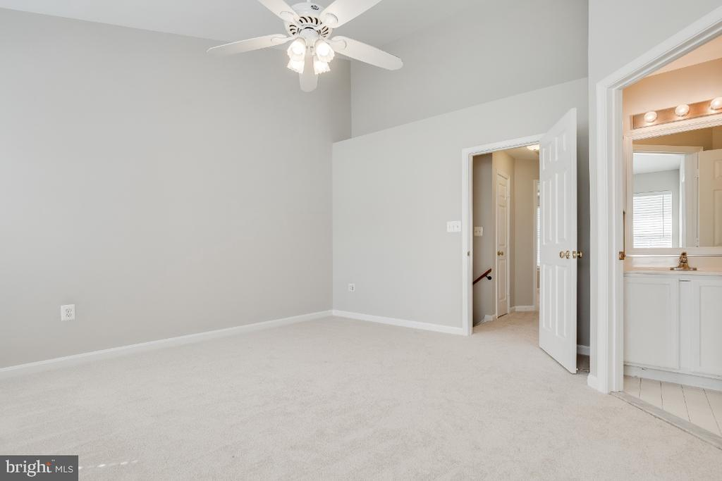 Master Bedroom with Walk-in Closet - 43059 CANDLEWICK SQ, LEESBURG