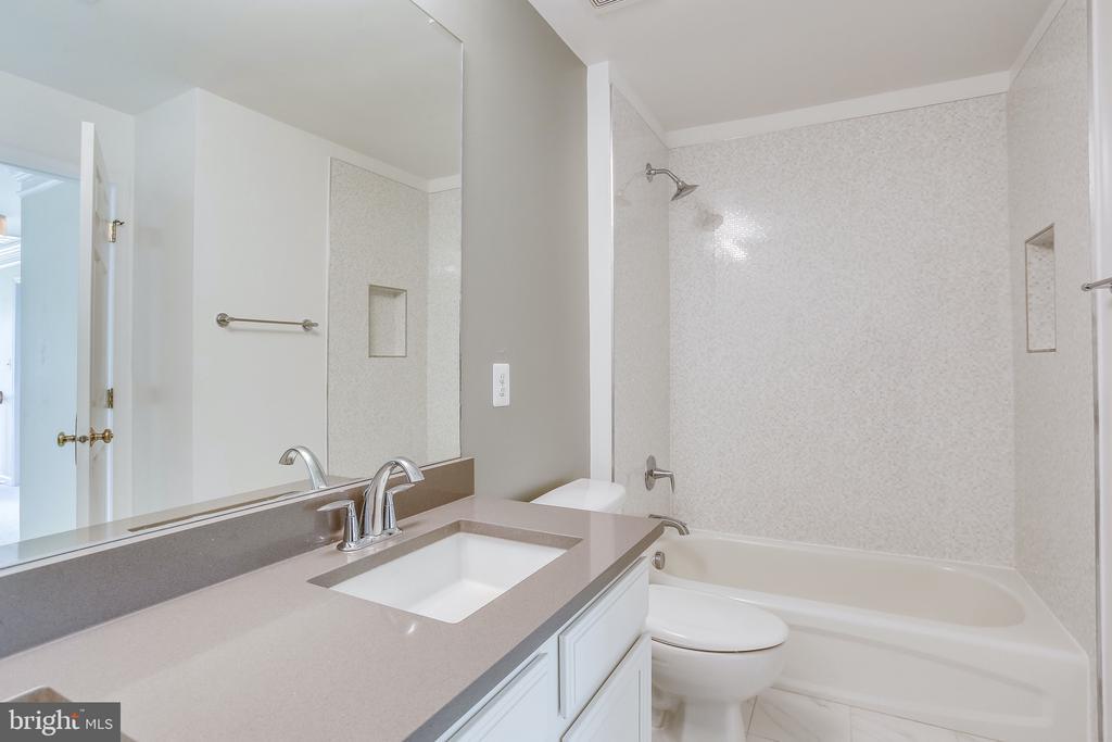 Upstairs bathroom - 19862 LA BETE CT, ASHBURN