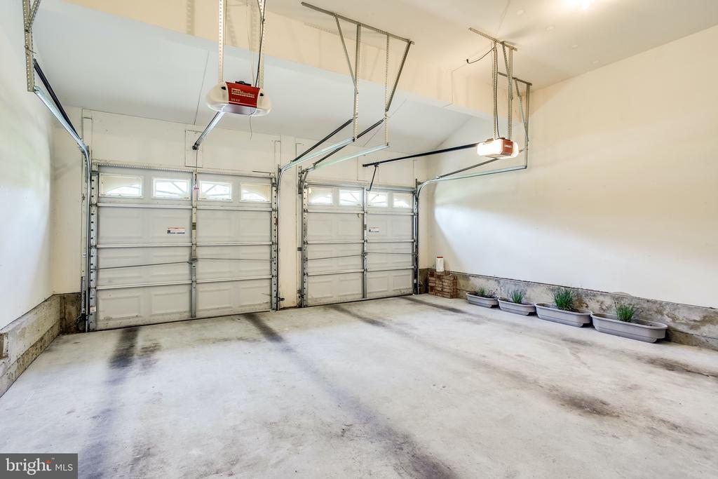 Two car garage, access from inside - 19862 LA BETE CT, ASHBURN