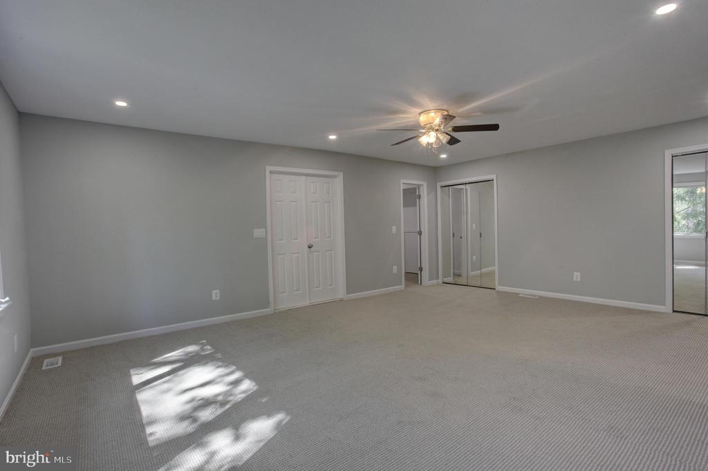 HUGE 27x 21' Master Bedroom with Multiple Closets - 1430 AQUIA DR, STAFFORD