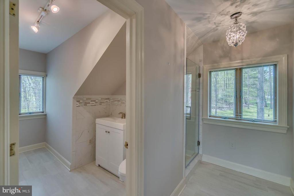 Private Full Bath and large walk-in closet - 6 RIVER OAK PL, FREDERICKSBURG