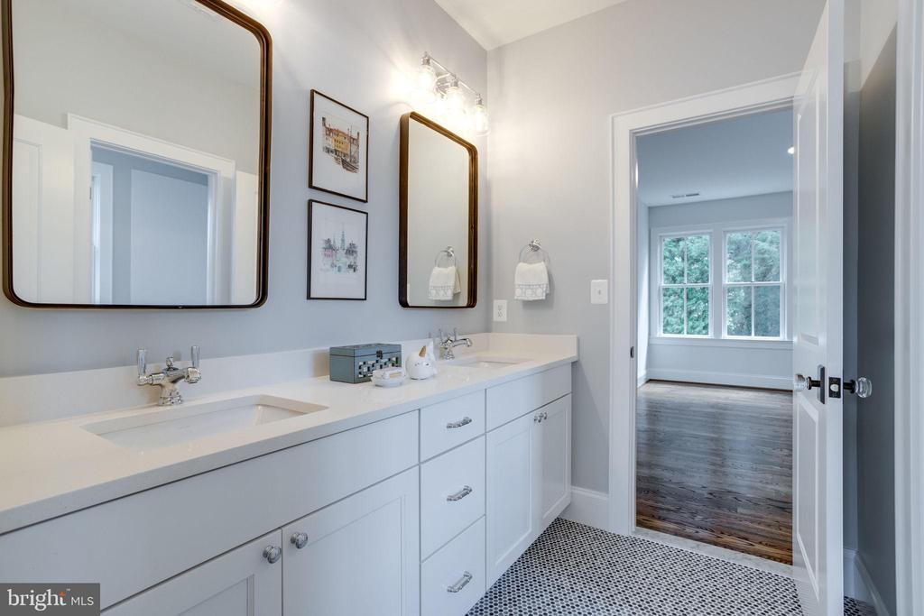 Shared Bath for Bedrooms two and three - 4514 25TH RD N, ARLINGTON