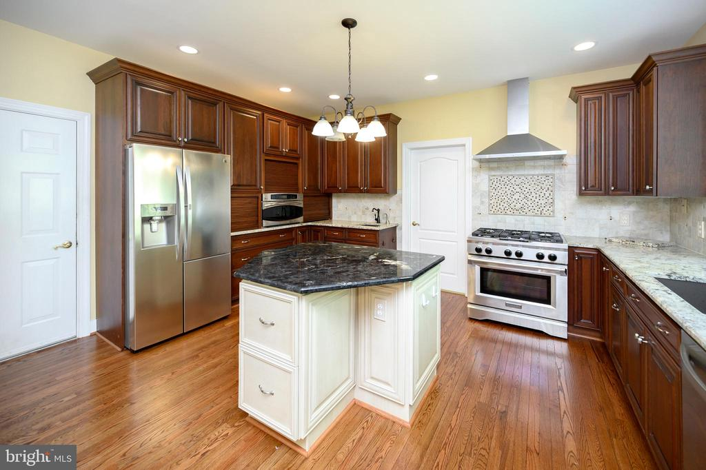 Down draft stove and amazing 6 burner gas cooktop - 42 LIGHTFOOT DR, STAFFORD