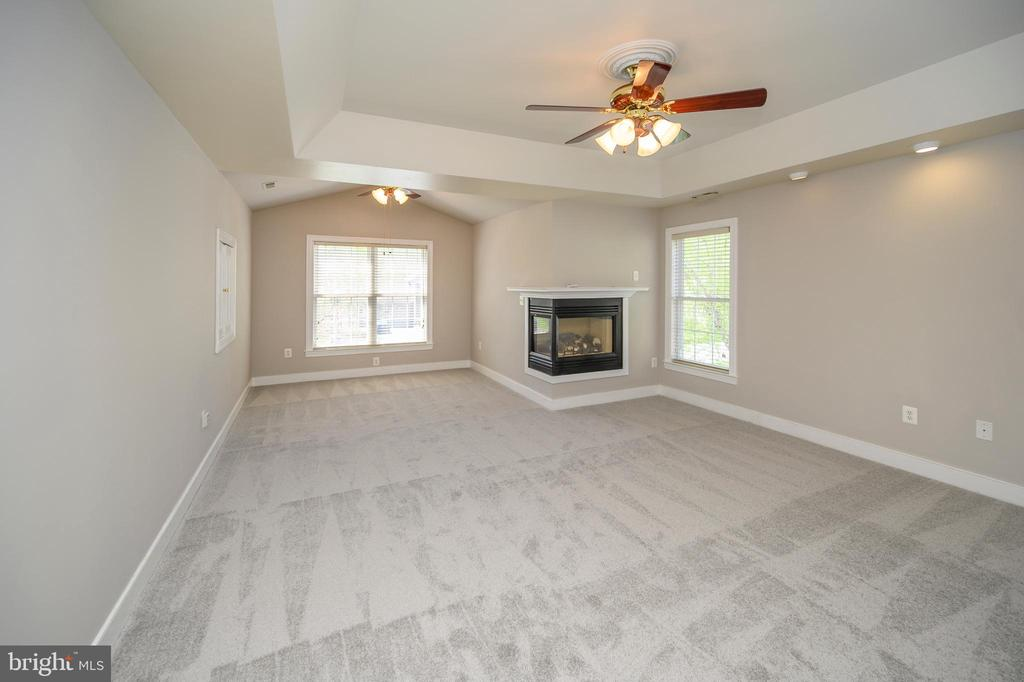 Master bedroom gas fp/tray ceiling/sitting area - 42 LIGHTFOOT DR, STAFFORD