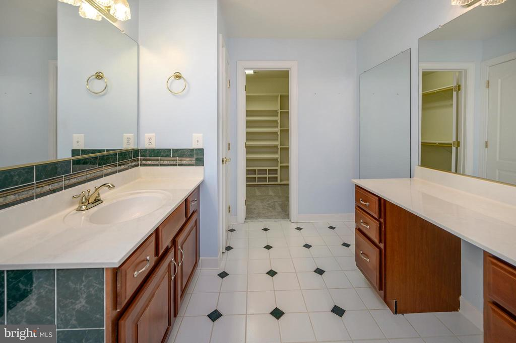 Dual vanities - 42 LIGHTFOOT DR, STAFFORD