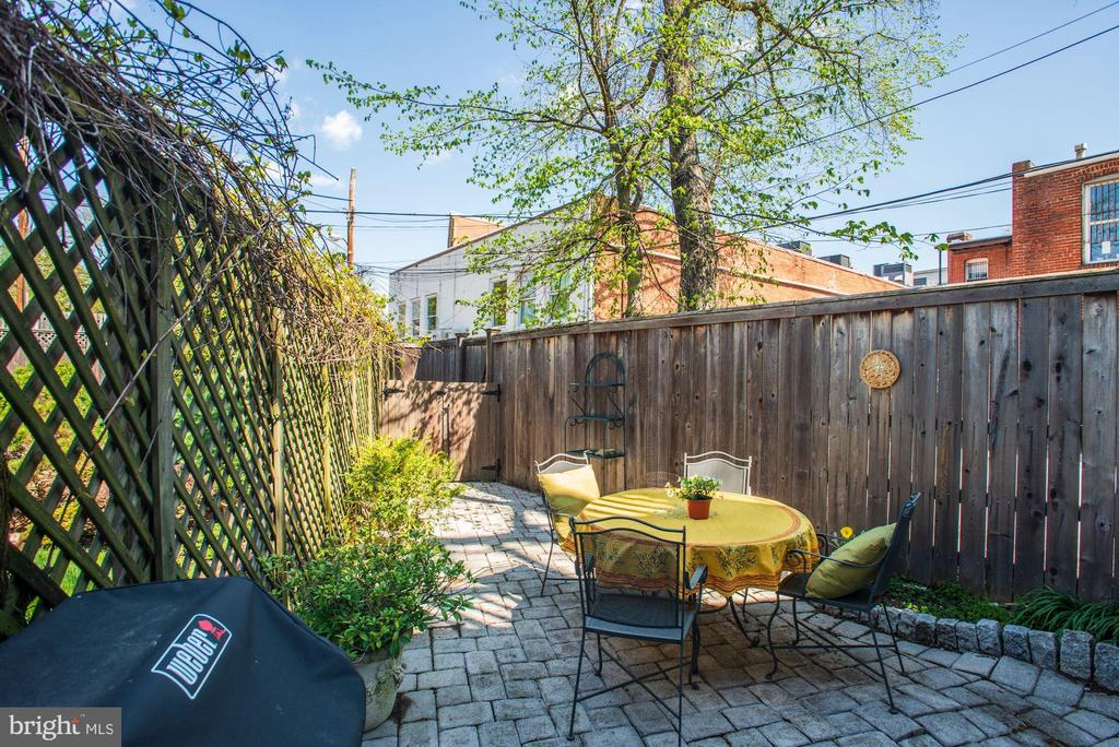 Private stone patio for morning coffee & dinners - 3819 LIVINGSTON ST NW, WASHINGTON