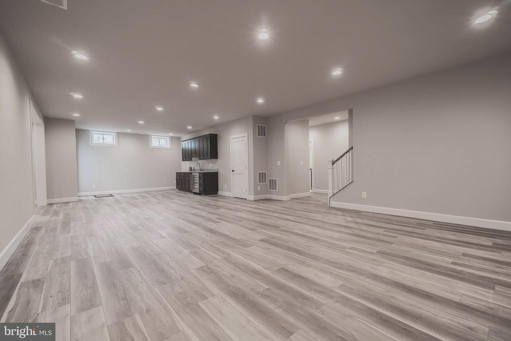 Gigantic space with low maintenance floor - 8604 NORFOLK AVE, ANNANDALE