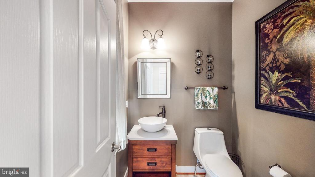 Updated powder room - 31 CRAWFORD LN, STAFFORD
