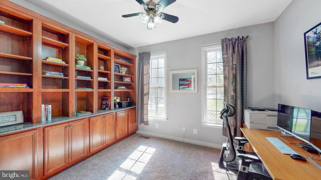Office with built-in bookcases - 31 CRAWFORD LN, STAFFORD